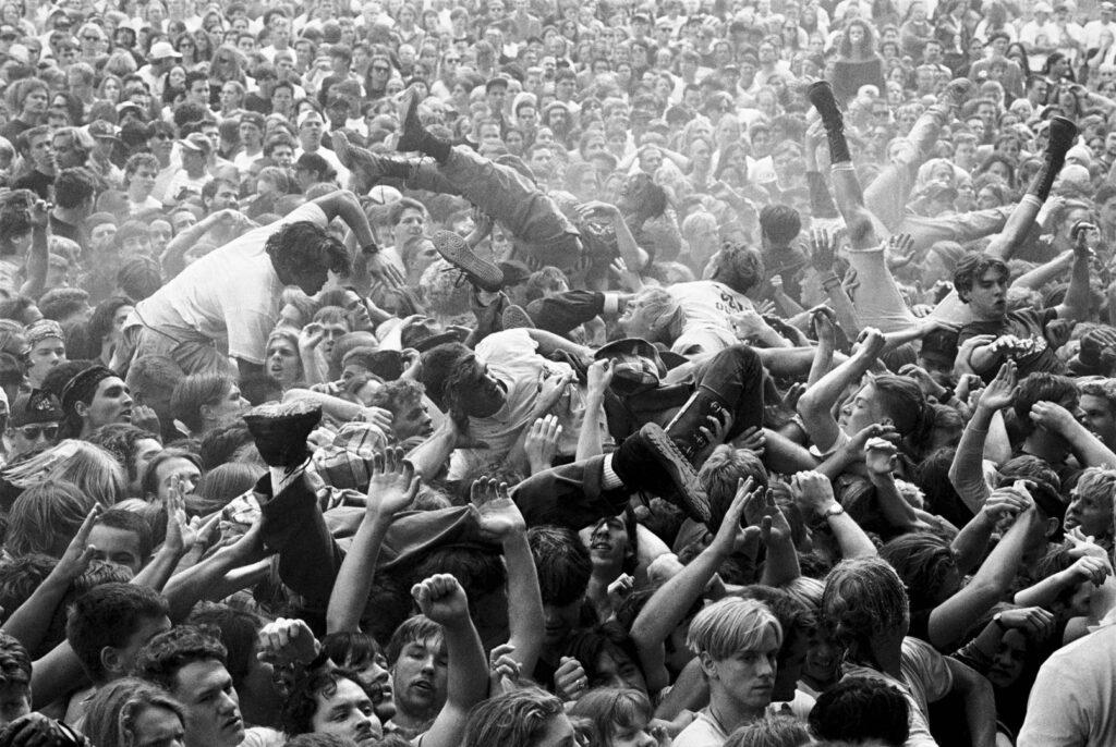 """Alt=""""Film crowd surfing"""""""